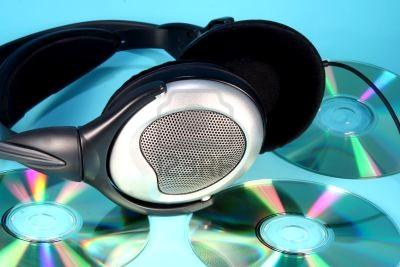 koptelefoon-op-een-stapel-cds